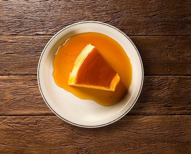 Pudim de leite - brasilianischer flan aus milch und kondensmilch mit karamellsauce.