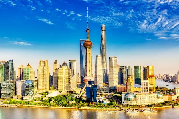 Pudong geschäftsviertel in shanghai, china mit blauem himmel während des sonnigen sommertages.