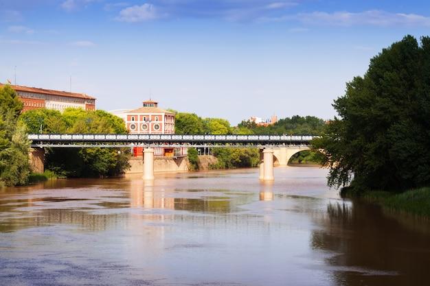 Puente de hierro über ebro. logroño, spanien