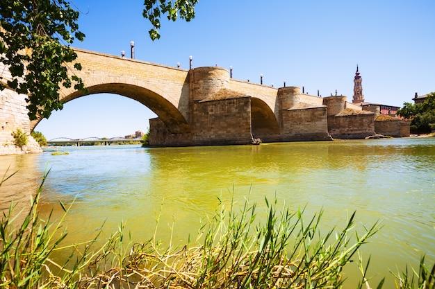 Puente de piedra bei zaragoza am sonnigen tag