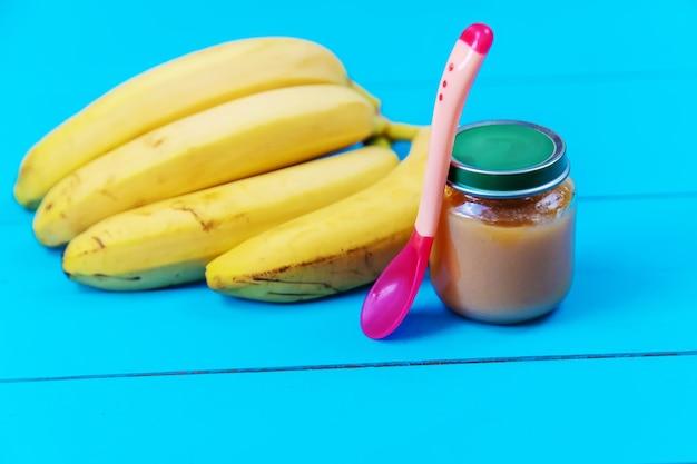 Püree für kleine babys mit frucht.selektiver fokus.nahrung