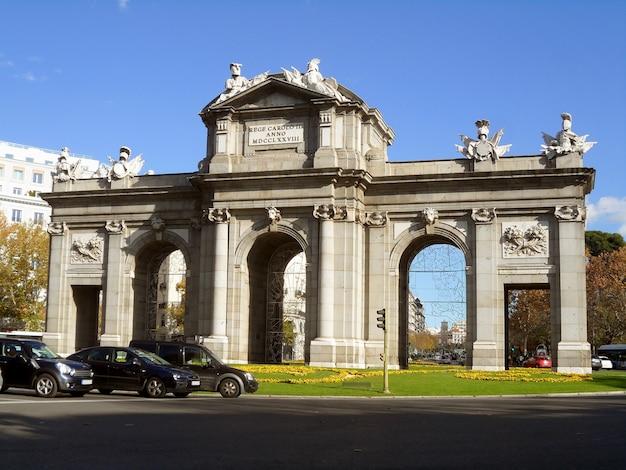 Puerta de alcala, der erste moderne poströmische triumphbogen in europa, plaza de la independencia, madrid, spanien