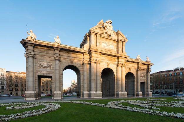Puerta de alcala ist eines der antiken tore der stadt madrid in spanien.
