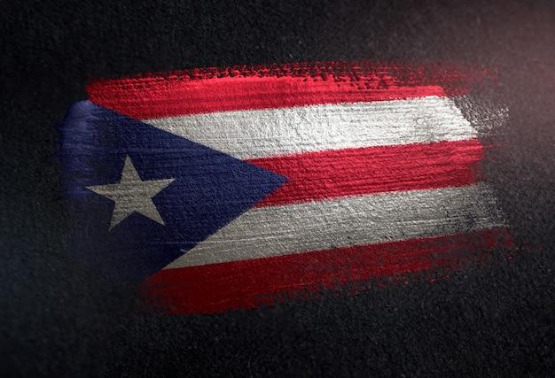Puerto rico-flagge gemacht von der metallischen bürsten-farbe auf dunkler wand des schmutzes
