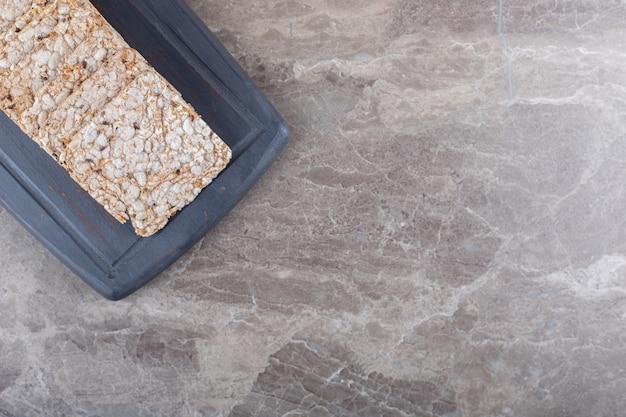 Puffreis-kuchen in der schale, auf dem marmorhintergrund.