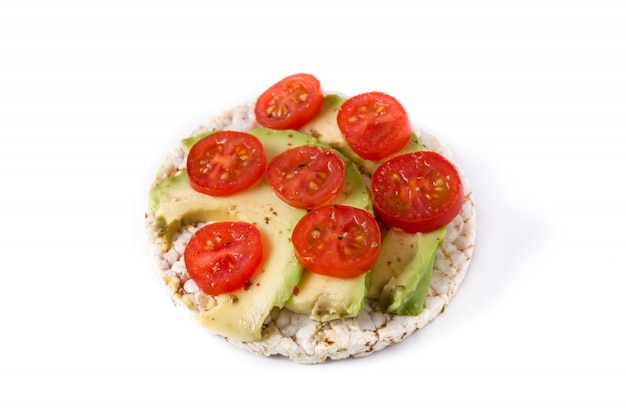 Puffreis mit tomaten und avocado