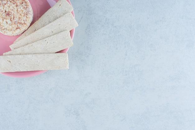Puffreiskuchen und süßer cracker in der platte auf marmor.