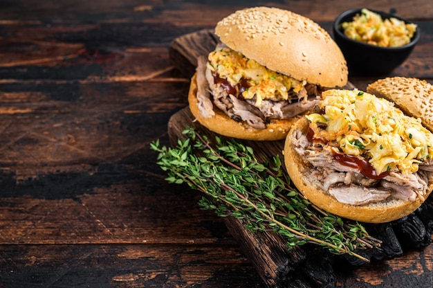 Pulled pork burger mit bbq sauce und krautsalat salat