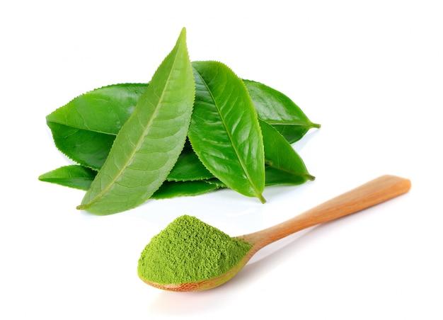 Pulver grüner tee und grünes teeblatt isoliert auf weißem hintergrund