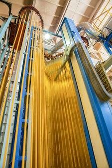 Pulverbeschichtungssystem. werkstatt und ausrüstung zum einfärben von aluminiumprofilen