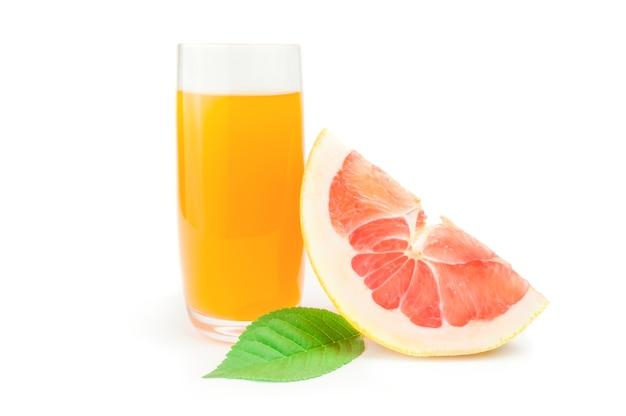Pumelo und ein glas mit saft isoliert auf einem weißen ausschnitt