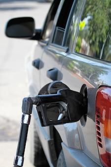 Pumpe füllt den autogasbehälter