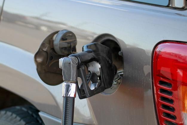 Pumpe füllt den autogastank 2