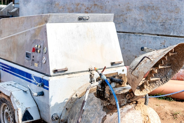 Pumpe für beton und gips. station zur vorbereitung von betonmischgut und langstreckenförderung. baumaschinen und geräte. böden gießen und wände verputzen.