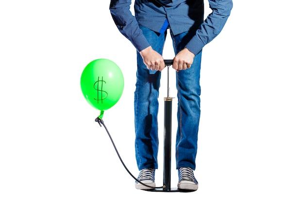 Pumpe und ballon, mann schüttelt einen ballon mit einem dollarzeichen