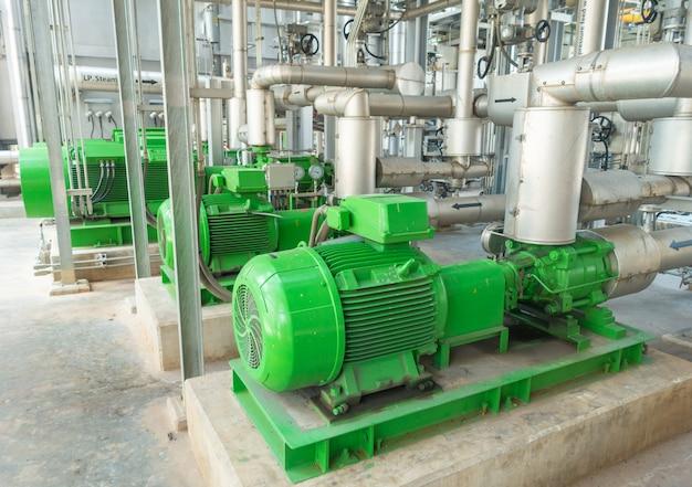 Pumpen- und stahlrohrleitungen des kühlturms im kraftwerk