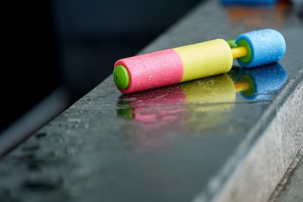 Pumper wasserpistole am pool zum spielen
