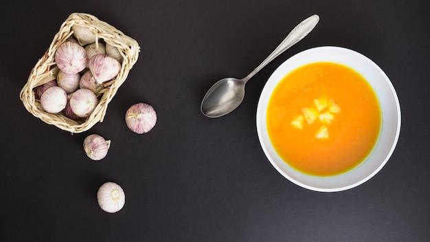 Pumpking-suppe und knoblauch