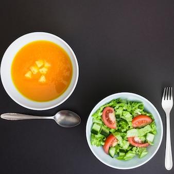 Pumpking-suppe und salat