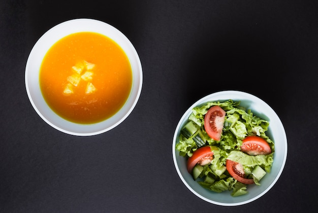 Pumpking-suppe und salat