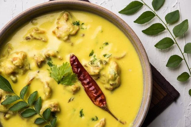 Punjabi kadhi pakoda oder curry pakora, indische küche serviert in einer schüssel oder karahi