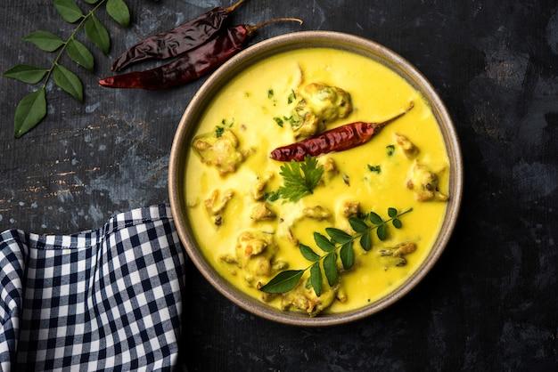 Punjabi kadhi pakoda oder curry pakora, indische küche serviert in einer schüssel oder karahi Premium Fotos