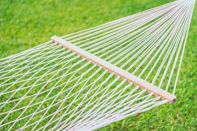 Punkt des selektiven fokus auf hängematte mit hintergrund des grünen grases - filtereffektverarbeitung