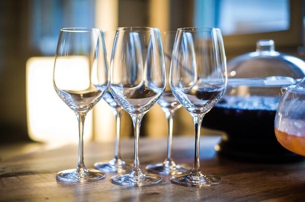 Punsch und gläser auf dem tisch im restaurant