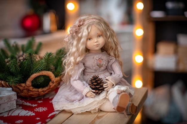 Puppe, handgefertigt aus textilien, im retro-stil.