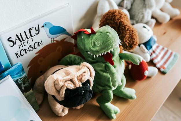Puppenreihen in einem kinderzimmer