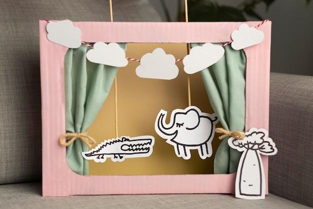 Puppenspielkomposition im papierstil