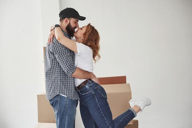 Pure liebe. glückliches paar zusammen in ihrem neuen haus. konzeption des umzugs