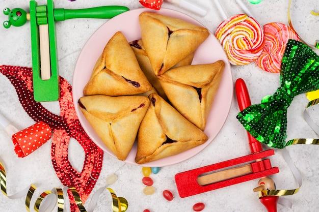 Purim feier. jüdischer karneval. traditionelle jüdische hamantaschen-kekskuchen und purim-maskerade