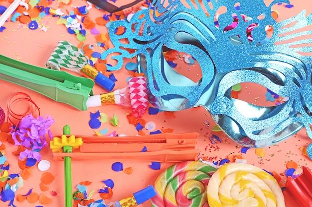 Purim-hintergrund mit karnevalsmaske und partykostüm