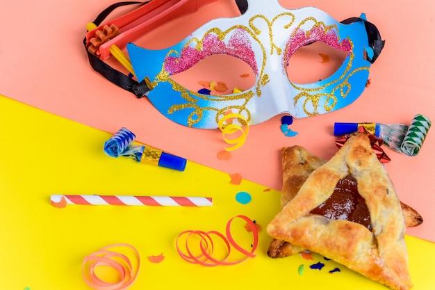 Purim mit karnevalsmaske, partykostüm