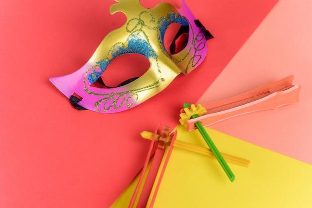 Purim mit karnevalsmaske und partykostüm.