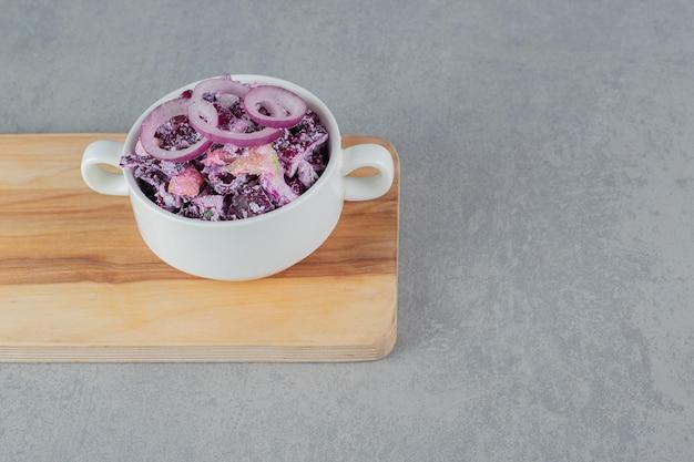 Purpurkohl-zwiebel-salat in einer keramikschale.