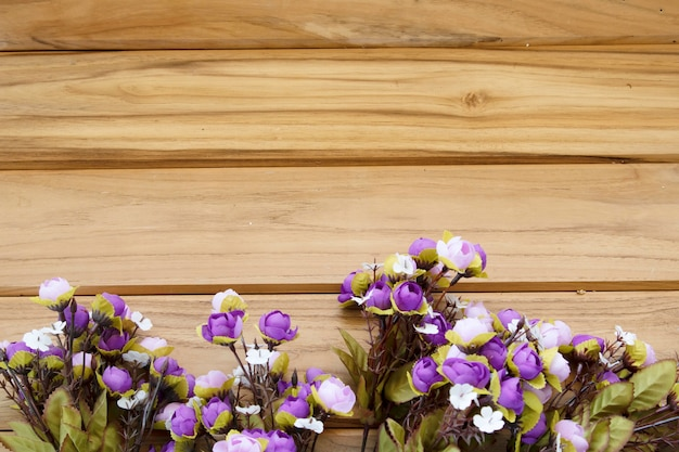 Purpurrote blumen auf hölzernem hintergrund mit kopienraum