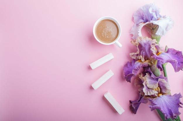 Purpurrote irisblumen und ein tasse kaffee-hintergrund mit copyspace
