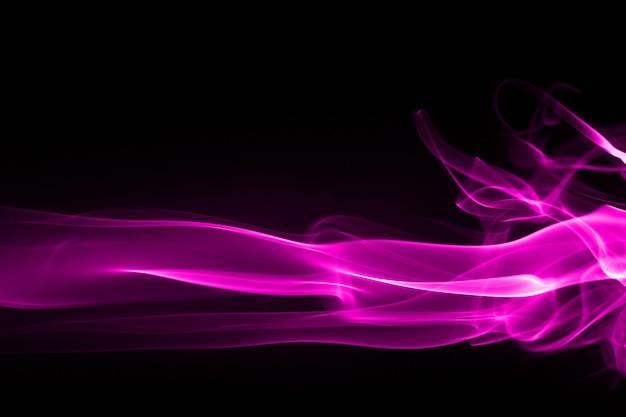 Purpurrote rauchzusammenfassung auf schwarzem und dunkelheitskonzept