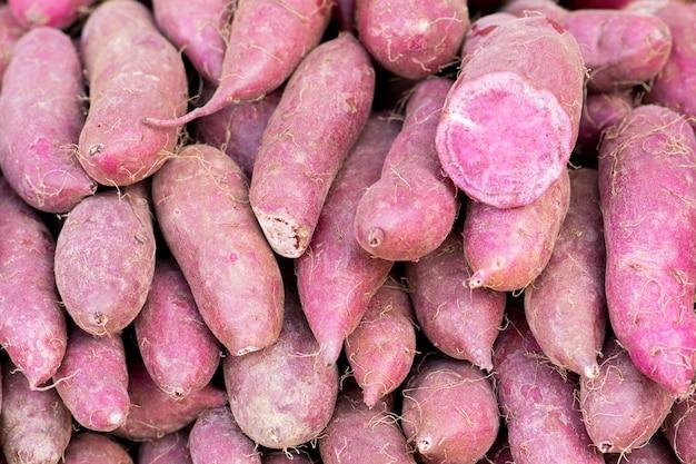 Purpurrote süßkartoffel im markt.