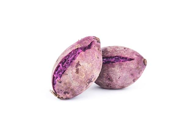 Purpurrote süßkartoffeln auf weiß