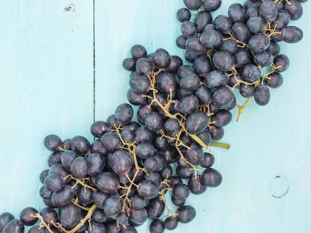 Purpurrote trauben auf holztisch