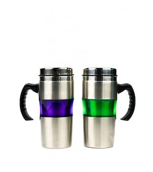 Purpurrote und grüne thermosflasche mit dem griff lokalisiert auf weißem hintergrund mit kopienraum