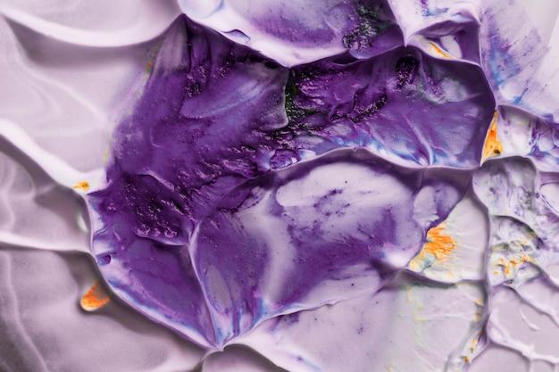 Purpurrote wasserfarbe auf sahnigem hintergrund