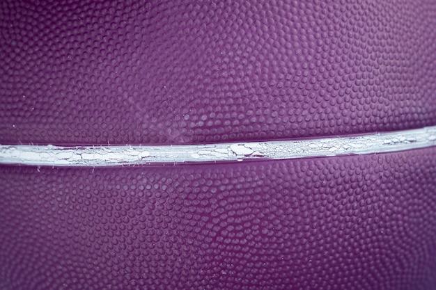 Purpurroter basketballball mit weißen linien