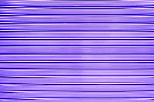 Purpurroter hintergrund einer metallwand mit horizontalen linien, feministische farbe.