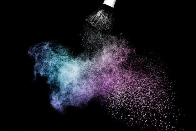 Purpurrotes und blaues ozeanpulverfarbspritzen und -bürste für maskenbildner