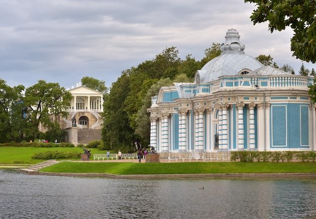 Puschkin sankt petersburg russland09032020 grottenpavillon das ufer des großen teiches