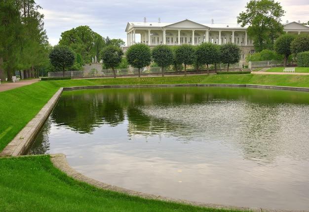 Puschkin sankt petersburg russland09032020 spiegelteich des katharinenparks